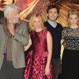 """Elizabeth Banks aved Donald Sutherland, Sam Claflin et Natalie Dormer au photocall du film """"The Hunger Games : Mockingjay - part 1"""" (Hunger Games - La Révolte : Partie 1) à Londres, le 9 novembre 2014."""