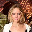 """Jennifer Lawrence en Dries van Noten au photocall du film """"The Hunger Games : Mockingjay - part 1"""" (Hunger Games - La Révolte : Partie 1) à Londres, le 9 novembre 2014."""