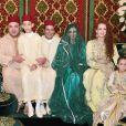 Le roi Mohammed VI du Maroc, son épouse Lalla Salma et leurs enfants le prince Moulay El Hassan et Lalla Khadija posent avec le prince Moulay Rachid et son épouse Lalla Oum Keltoum lors de leur mariage le 13 novembre 2014 au palais royal, à Rabat.