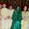 Le roi Mohammed VI du Maroc, sa femme Lalla Salma et leurs enfants le prince Moulay El Hassan et Lalla Khadija posent avec le prince Moulay Rachid et son épouse Lalla Oum Keltoum lors de leur mariage le 13 novembre 2014 au palais royal, à Rabat.