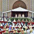 Le prince héritier Moulay El Hassan, le roi Mohammed VI du Maroc et le prince Moulay Rachid présidant la cérémonie des voeux et des offrandes avant le mariage du prince Moulay Rachid du Maroc et de Lalla Oum Keltoum (née Boufares) le 13 novembre 2014 au palais royal de Rabat.