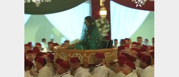 Les jeunes mariés ont été portés sur l'ammariya dans les différentes parties de l'esplanade du palais royal