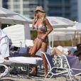 Victoria Silvstedt profite d'un après-midi ensoleillé sur une plage de Miami. Le 14 novembre 2014.