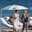 Victoria Silvstedt et son amie mannequin Ingrid Vandebosch profitent d'un après-midi ensoleillé sur une plage de Miami. Le 14 novembre 2014.