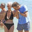 Cayetana Fitz-James Stuart, 18e duchesse d'Albe, à Ibiza le 21 août 2013 avec Alfonso Diez. La flamboyante aristocrate est morte le 20 novembre 2014 à l'âge de 88 ans.