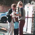 """Exclusif - Charlize Theron, son fils Jackson et son compagnon Sean Penn achètent un Frozen Yogurt après leur déjeuner au restaurant """"The Ivy"""" à Santa Monica, le 19 novembre 2014."""