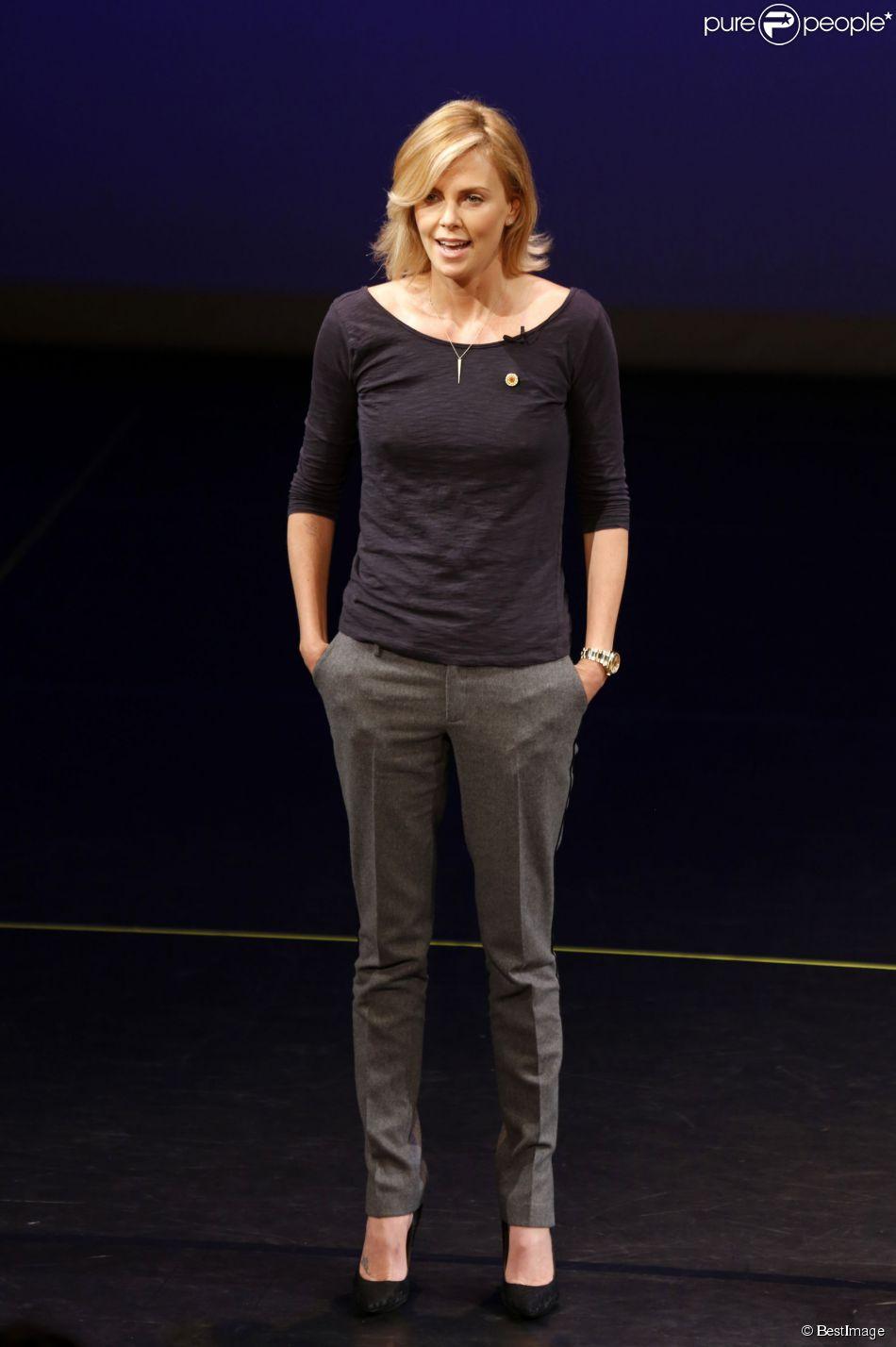 Charlize Theron présente un rapport de l'ONU lors d'une conférence afin de renforcer les efforts contre l'épidémie du Sida, à Los Angeles, le 18 novembre 2014.