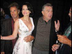 PHOTOS : Al Pacino et Robert de Niro se disputent la très sexy Carla Gugino en soirée !