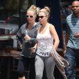 Kendra Wilkinson se rend au restaurant avec une amie à Sherman Oaks, le 28 juillet 2014.