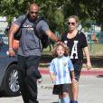 Kendra Wilkinson, enceinte, et son mari Hank Baskett encouragent leur fils Hank lors de son match de football à Woodland Hills, le 30 mars 2014.