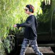 Vanessa Hudgens en promenade à Los Angeles, le 17 novembre 2014