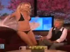 VIDEO : Quand Pamela Anderson fait un strip-tease en direct...