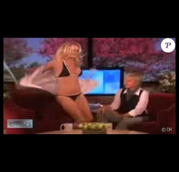Quand Pamela Anderson fait un strip-tease en direct...