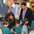 La princesse Margarita avec son mari le prince Louis de Bourbon et leurs enfants Eugenia, Luis et Alfonso le 22 novembre 2014 à Madrid lors de la vente caritative Rastrillo Nuevo Futuro, au profit de l'association qui vient en aide aux orphelins.