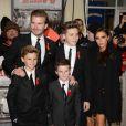 """David Beckham, son épouse Victoria et leurs enfants Brooklyn, Romeo et Cruz lors de l'avant-première de """"The Class Of 92"""" à l'Odeon West End de Londres le 1er décembre 2013"""