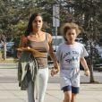 Rosario Dawson et une fillette de 12 ans à Los Angeles le 30 octobre 2014. Il pourrait bien s'agir de l'enfant que l'actrice vient d'adopter
