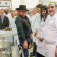 Marion Jollès au côté de Philippe Da Silva au milieu de l'équipe des cuisiniers lors de la soirée La Toque et les Sportifs à l'Hôtellerie Les Gorges de Pennafort à Callas le 2 décembre 2014