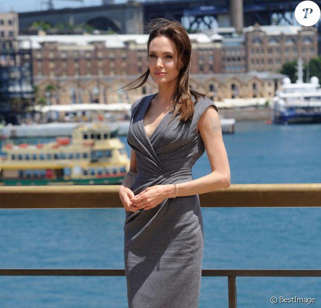 """Angelina Jolie (robe Atelier Versace, chaussures Christian Louboutin) - Photocall du film """"Invincible"""" à Sydney en Australie le 18 novembre 2014."""