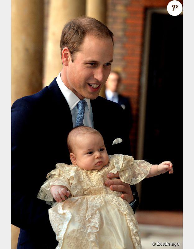 Le Prince William, duc de Cambridge, et son fils le prince George dans la chapelle royale du palais St James le 23 octobre 2013 à Londres.