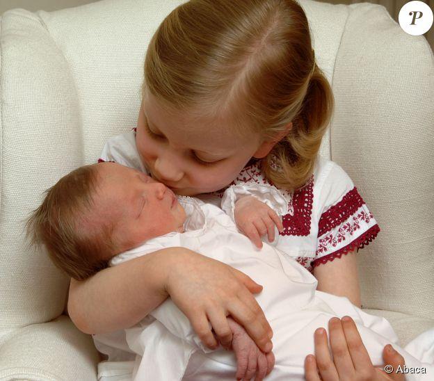 La jeune Elisabeth de Belgique, duchesse de Brabant et princesse héritière de Balgique, tient dans ses bras sa petite soeur, Eleonore de Belgique. ©Abaca Press