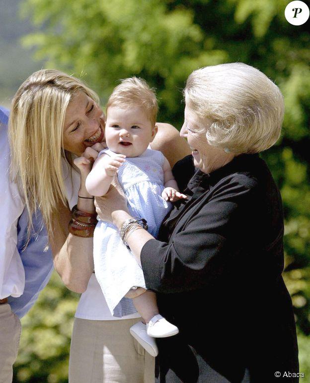 Catharina-Amalia des Pays-Bas dans les bras de sa grand mère, la Reine Béatrix, aux côtés de sa mère, la Reine Maxima Zorreguieta (à l'époque princesse) le 9 juillet 2014. ©Abaca Press