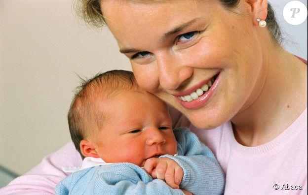 Le portrail officiel du prince Gabriel de Belgique dans les bras de sa mère, la Reine Mathilde (princesse, à l'époque), le 22 août 2003. ©Abaca Press