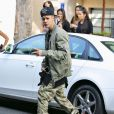 Exclusif - Justin Bieber entouré de fans à Beverly Hills Los Angeles, le 17 Octobre 2014