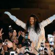 Rihanna et une centaine de ses fans se sont données rendez-vous au Trocadéro. La rencontre et le bain de foule ont été filmés par l'équipe de Rihanna, dont la sortie du nouvel album (jusque-là intitulé R8) est imminente. Paris, le 18 décembre 2014.