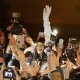 Rihanna et une ceintaine de ses fans participent au tournage d'une vidéo pour son nouvel album, jusque-là intitulé R8, au Trocadéro. Paris, le 18 décembre 2014.