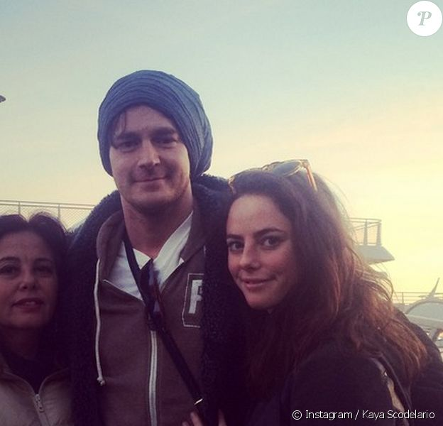 """Kaya Scodelario pose avec sa maman et son fiancé, Benjamin Walker, à New York. L'actrice de 22 ans porte une bague de fiançailles et remercie son compagnon d'avoir fait d'elle """"la plus hereuse de femmes"""". Décembre 2014."""