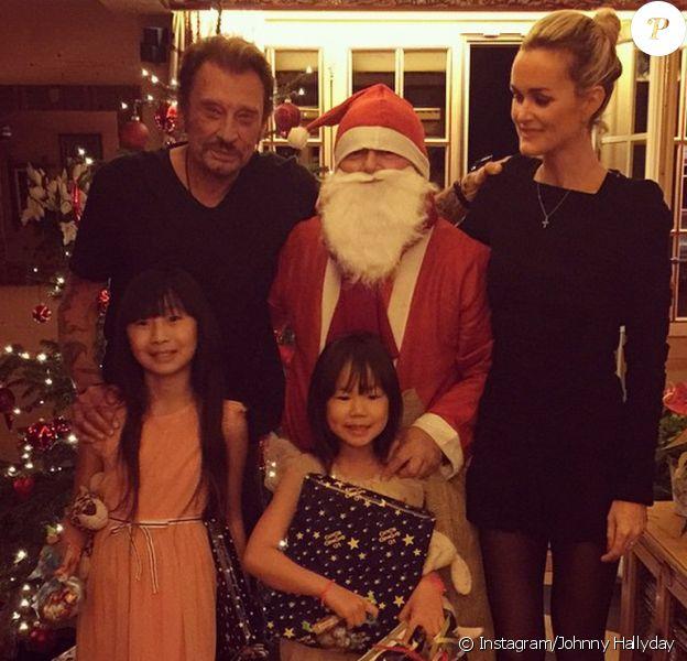 Johnny et Laeticia ont passé Noël à Gstaad avec leurs filles, Jade et Joy, décembre 2014. Les filles ont même reçu la visite du Père Noël.