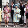 La reine mère, entourée de ses filles la princesse Margaret et la reine Elizabeth II, et de la princesse Diana, salue la foule devant Clarence House en août 1992, lors de son 92e anniversaire.