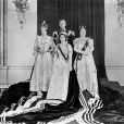 La reine Elizabeth II (à gauche) lors de son couronnement en 1953, entourée du duc d'Edimbourg, de la princesse Margaret et de la reine mère.