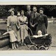 La reine mère, le prince Charles, la princesse Margaret, le prince Philip, le roi George VI, la princesse Anne et la reine Elizabeth II : portrait de famille en mai 1951