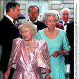 La reine mère et sa fille la reine Elizabeth II à l'Opéra de Londres le 4 août 2001, lors du 101e anniversaire de la Queen Mum.