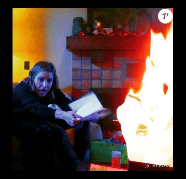 Sophia Bush a publié sur instagram le 27 décembre 2014, les photos de son dernier Noël au cours duquel un terrible drame aurait pu se produire puisqu'un de ses cadeau à pris feu alors qu'elle était juste à côté !