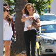 Exclusif - Sophia Bush va déjeuner au restaurant avec des amis puis va faire du shopping à Venice, le 25 août 2014.