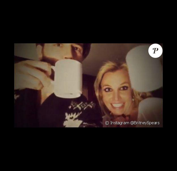 Britney Spears trinque au chocolat chaud pour le nouvel an avec son chéri Charlie Ebersol, le 31 décembre 2014.