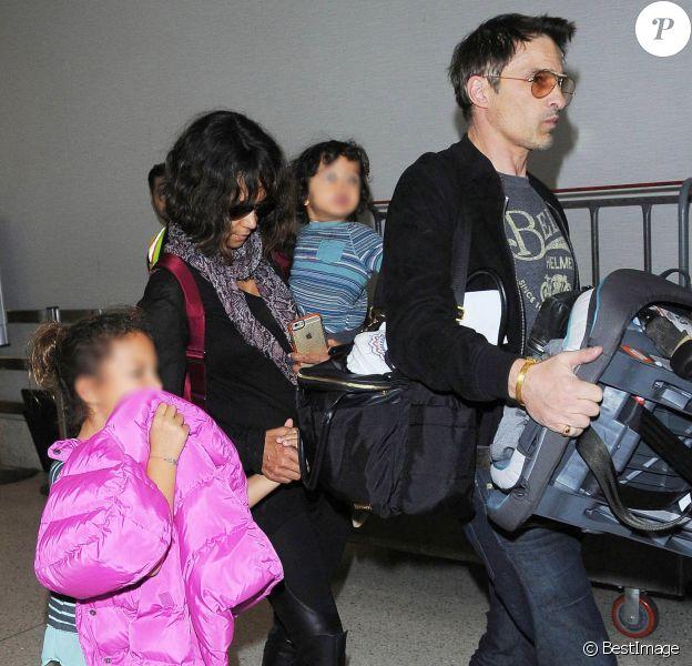 Halle Berry, son mari Olivier Martinez et leur fils Maceo arrivent à l'aéroport de Los Angeles, le 4 janvier 2015. Nahla, la fille de l'actrice restée avec son père à Los Angeles, est venue les accueillir à l'aéroport.
