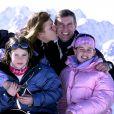 Le prince Andrew, duc d'York, en 2001 en vacances à Verbier avec son ex-femme Sarah Ferguson et leurs filles Eugenie et Beatrice.