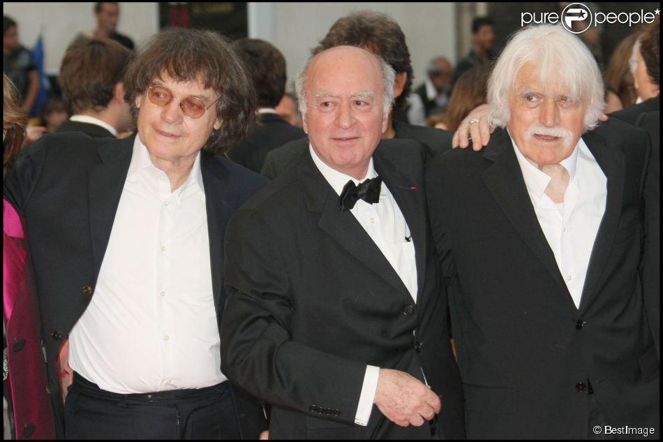 François Cavanna (cofondateur de Charlie Hebdo décédé il y a un an) avec les dessinateurs Georges Wolinski et Cabu qui ont perdu la vie dans l'attentat contre le journal ce 7 janvier 2015. Le trio monte ici les marches du Festival de Cannes, le 17 mai 2008.