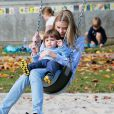 """"""" Jaime King et son mari Kyle Newman s'amusent avec leur fils James au Coldwater Canyon Park à Beverly Hills, le 8 janvier 2015.  """""""