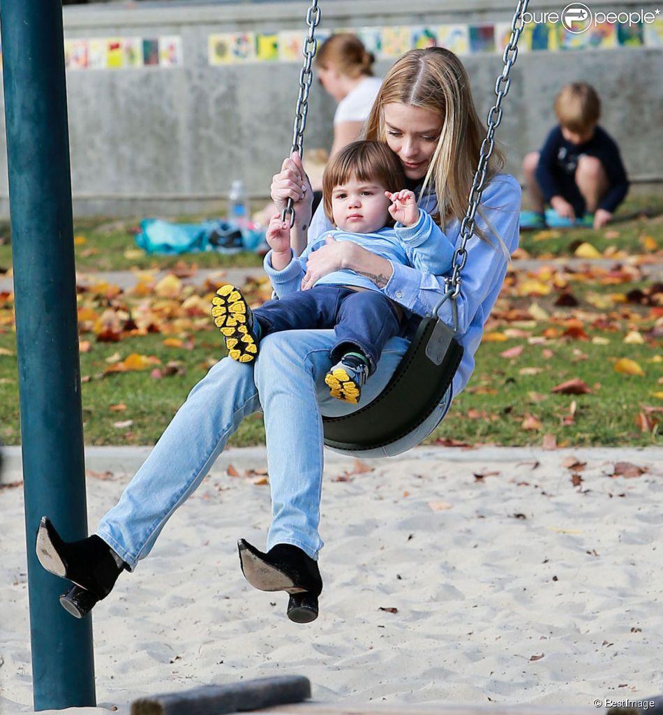 Jaime King et son mari Kyle Newman s'amusent avec leur fils James au Coldwater Canyon Park à Beverly Hills, le 8 janvier 2015.