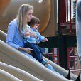 """"""" Jaime King et son mari Kyle Newman s'amusent avec leur fils au Coldwater Canyon Park à Beverly Hills, le 8 janvier 2015.  """""""