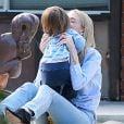 Jaime King et son mari Kyle Newman s'amusent avec leur fils James au Coldwater Canyon Park à Beverly Hills, le 8 janvier dernier.
