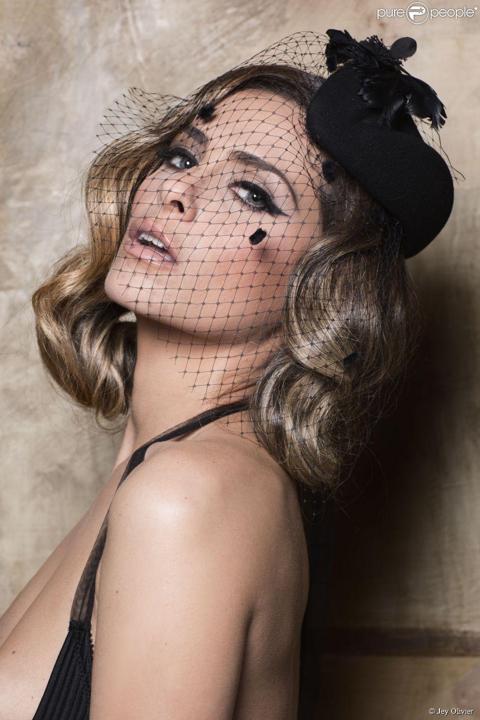 "Clara Morgane prend la pose pour son calendrier ""Show girl""."