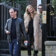 Kate Moss, tout sourire le jour de ses 41 ans et suivie par son mari Jamie Hince, quitte son domicile. Londres, le 16 janvier 2015.