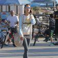 Alessandra Ambrosio a profité d'une journée de soleil à Santa Monica en compagnie de sa fille Anja, son fiancé Jamie Mazur et des amis. Ils sont allés faire une balade à vélo