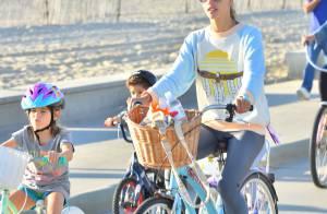 Alessandra Ambrosio : Balade à velo et en famille, elle prolonge l'été !