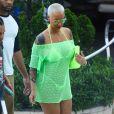 Amber Rose se relaxe au bord de la piscine de son hôtel à Miami, le 18 janvier 2015.